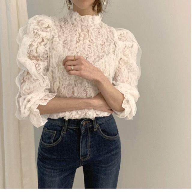 Blusa de cuello alto con encaje y mangas puff